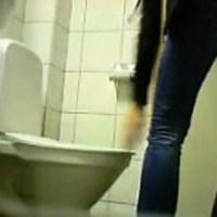 Отодрал шлюху в туалете видео